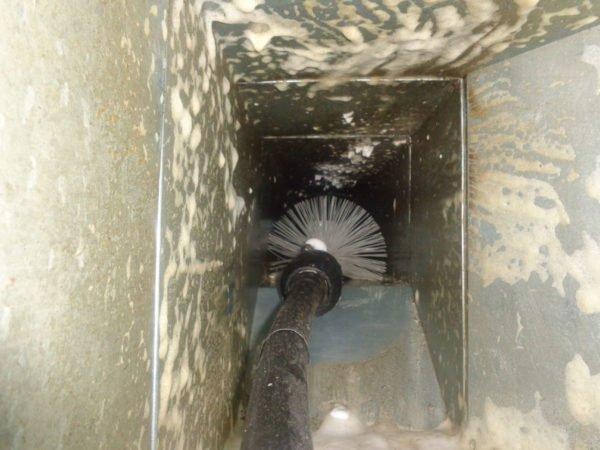 Чистка воздуховода щёткой и раствором