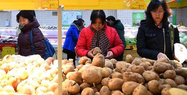 Овощной прилавок в китайском магазине