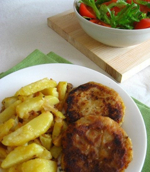 котлеты и картофель на тарелке