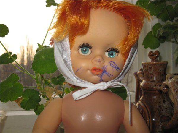 Кукла, выпачканная шариковой ручкой