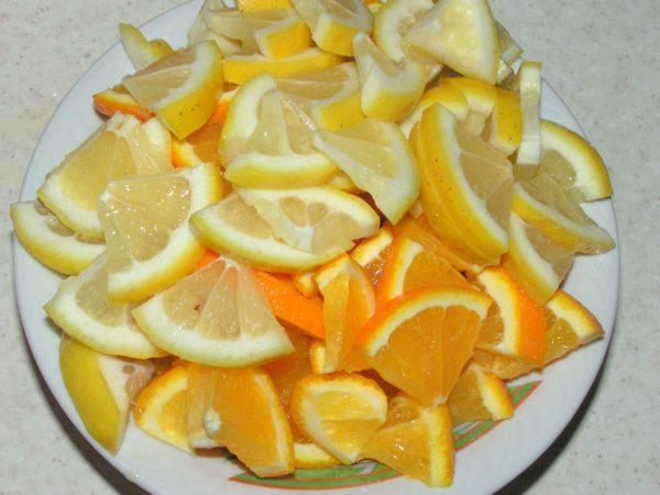 нарезанные лимоны и апельсины