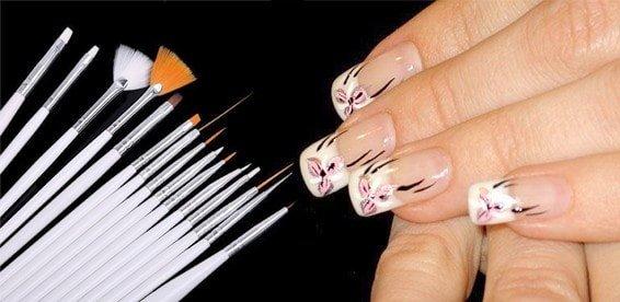 Кисти для маникюра и накрашенные ногти