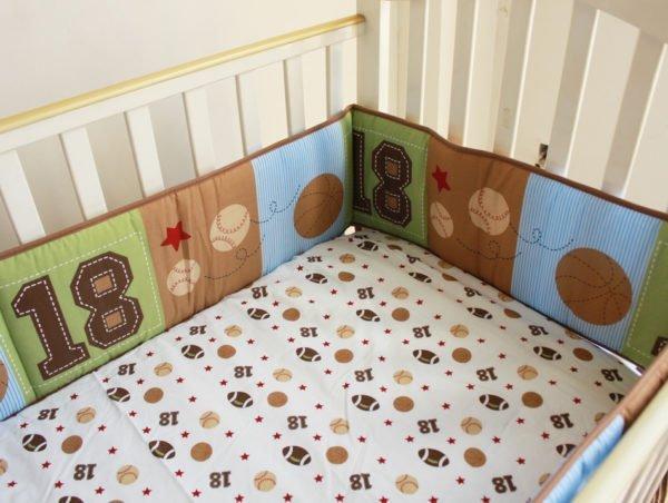 Застеленная пелёнкой-простынью кроватка