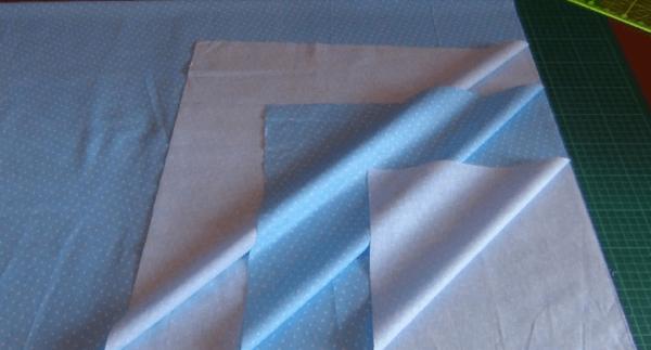 Правильно сложенный кусок ткани для пошива простыни на резинке