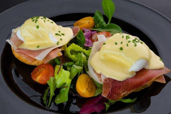 Яйца «Бенедикт» с помидорами и зеленью