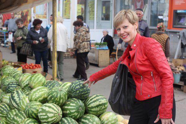 Женщина выбирает арбузы