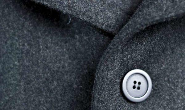 Чёрное пальто с пуговицей