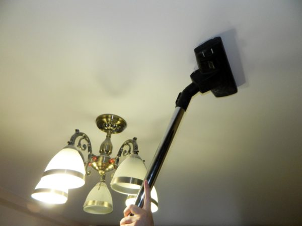 Cleaning the stretch ceiling with a vacuum cleaner