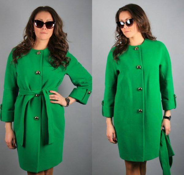 Девушка в двух ракурсах — с поясом и без — в зелёном пальто из полиэстера