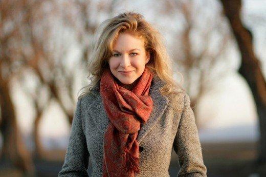 Девушка в твидовом пальто с красно-коричневым шарфом