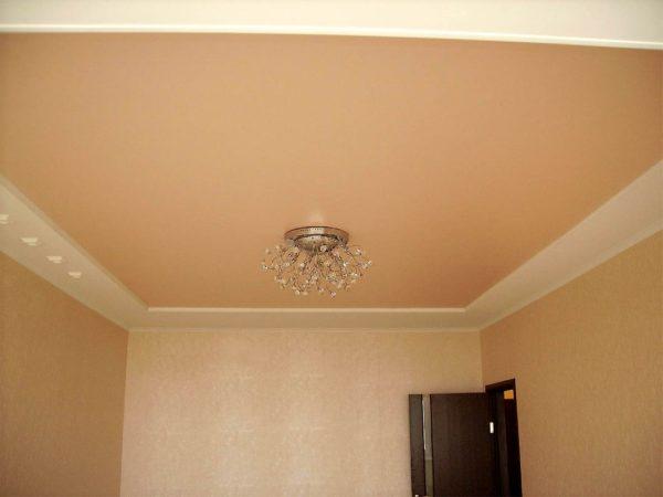 Матовый натяжной потолок и люстра