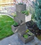 Вертикальная клумба из блоков