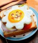 Бутерброд с жареным яйцом и овощами