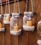 Стеклянные банки со свечками внутри