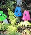 Разноцветные грибы из пластиковых вёдер