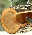 Кормушка для птиц из деревянного сруба