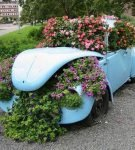 Старый автомобиль в качестве клумбы