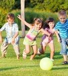 Дети бегут за мячом