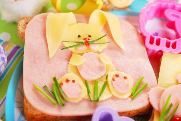 Детский бутерброд с зайчиком из сыра