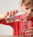 Девочка льёт воду