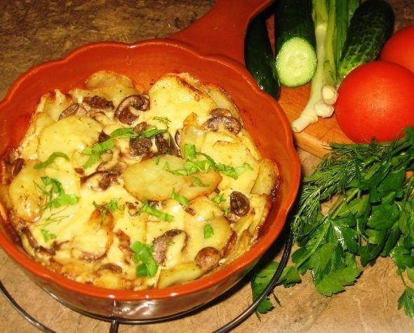 Готовый картофель, запе5чённый с грибами