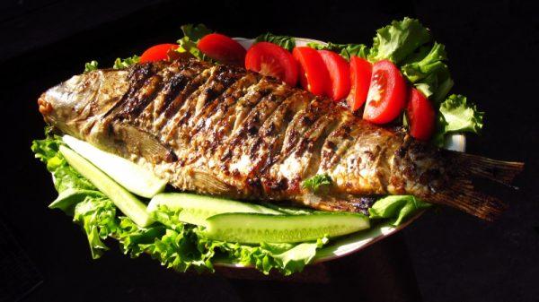 Карп, жареный на мангале, с овощами и зеленью