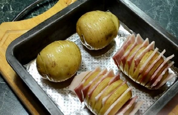 Картофель с беконом на противне