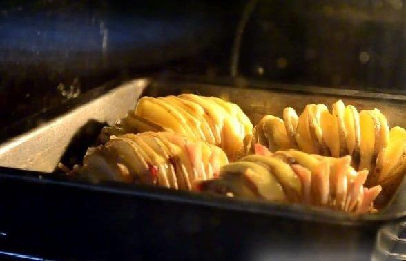 Картошка-гармошка с сыром и беконом в духовке