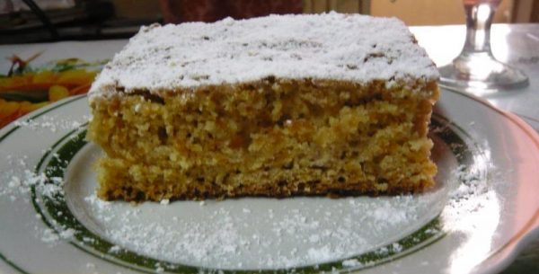 Кусочек морковного кекса на тарелке