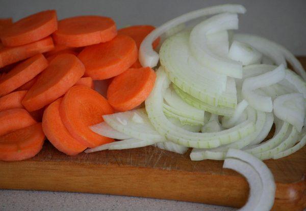 Нарезанные морковка и лук