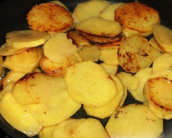 Обжаренные дольки картофеля