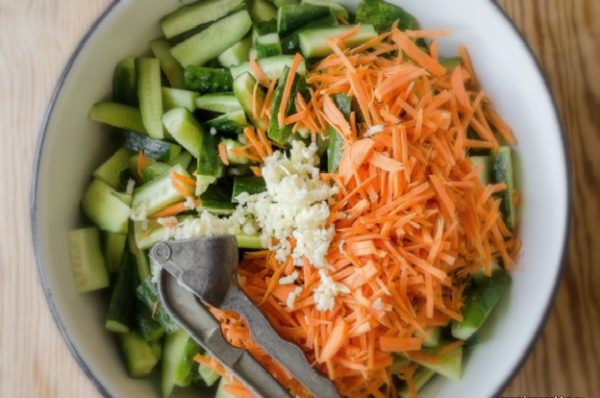Огурцы, морковь и чеснок
