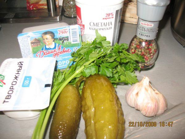 Огурцы, сметана, зелень и приправы