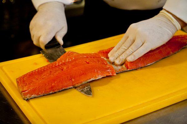 Отделение мякоти рыбы от кожи