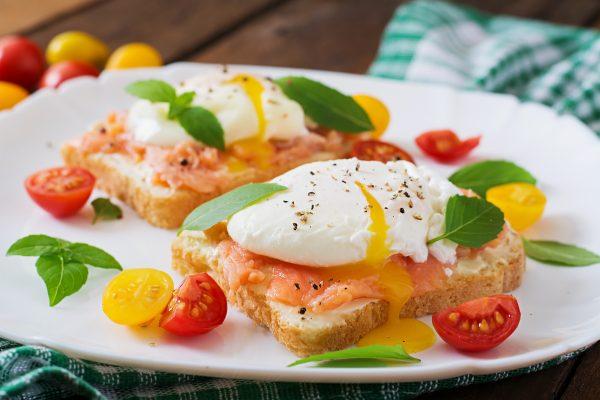 Бутерброды с солёной сёмгой, авокадо и яйцом пашот