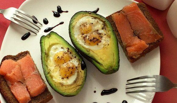 Перепелиные яйца в авокадо, запечённые в духовке