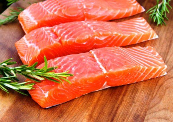 Порционно нарезанное филе красной рыбы