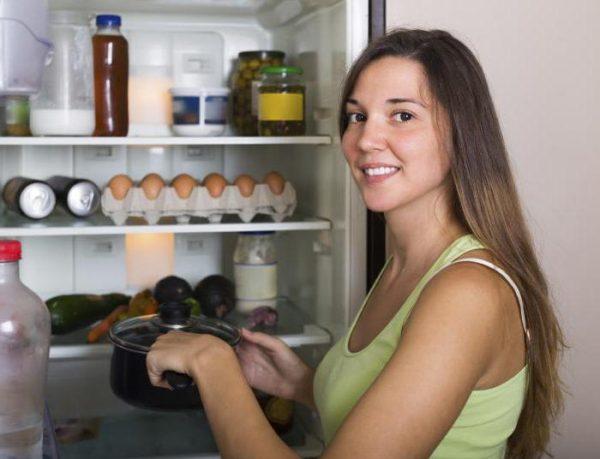 Размещение кастрюли с салом в холодильнике