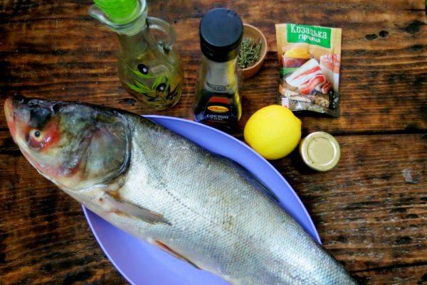 Рыба и специи на столе