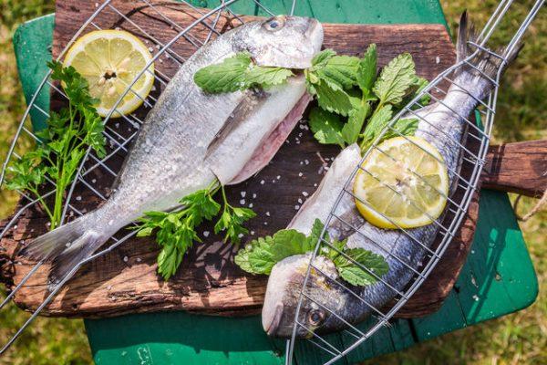 Рыба на мангале с лимоном и зеленью