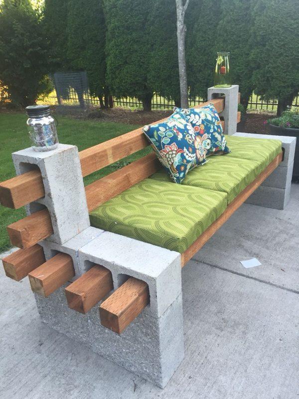 Скамейка из блоков, украшенная подушками