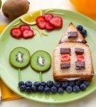 Сладкий бутерброд с киви, свежими ягодами и шоколадом