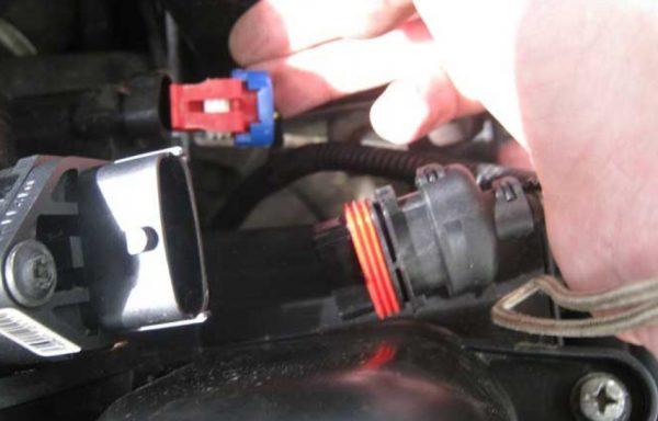 Снятие штекера с датчика расхода воздуха