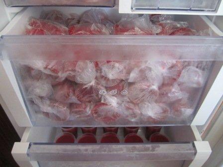 Замороженная клубника в морозильной камере