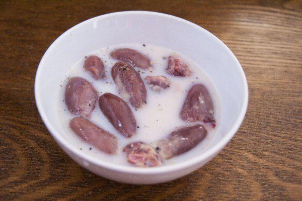 Замачивание куриных сердечек в молоке