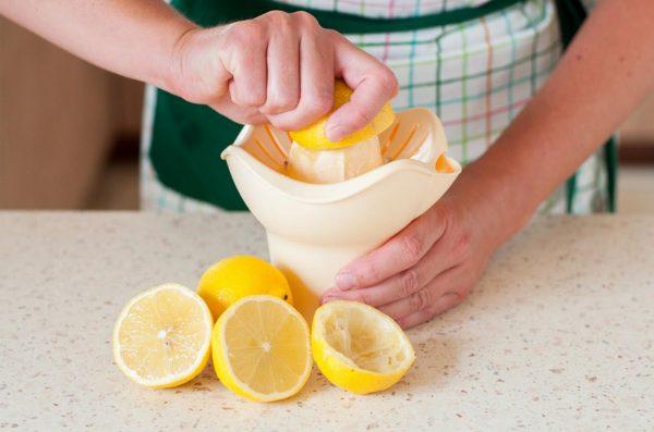 Выжимка сока из свежих лимонов