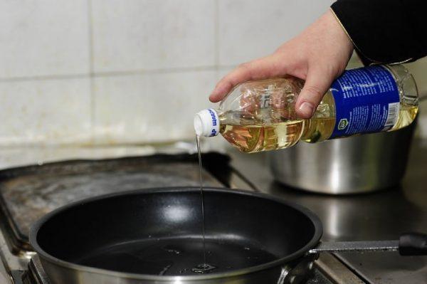 Вливание масла в сковороду