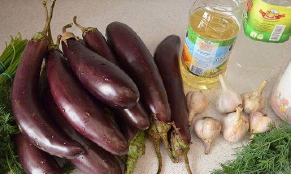 Баклажаны, чеснок и и свежий укроп на столе