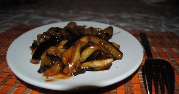 Баклажаны в соевом соусе на тарелке