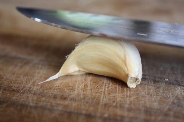 Чеснок под ножом